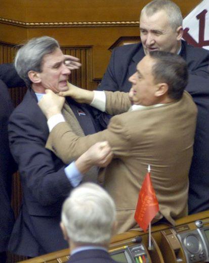 Non nel parlamento italiano, non sempre tocca a noi la bandiera di pietra dello scandalo...