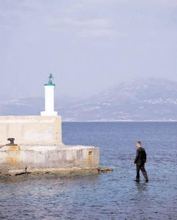 Un uomo che cammina sull'acqua... Trucco fotografico o proiezione fantascientifica?